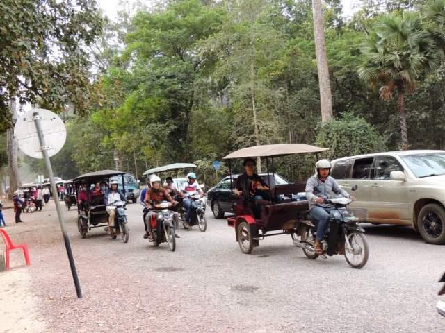 Tuk-tuks a caminho de Angkor Thom